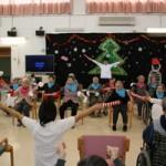 クリスマス会はダンスや寸劇で楽しみました